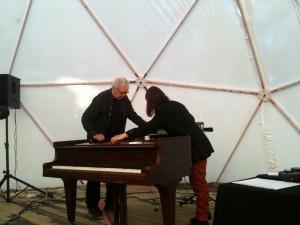 Mats Persson och Kristine Scholz i John Cages Cartridge Music, Bucky Dome, Moderna Museet.