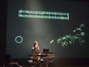 Rei Nakamura framför Marcus Fjellströms Klavierbuch #1. Foto: Sven Rånlund