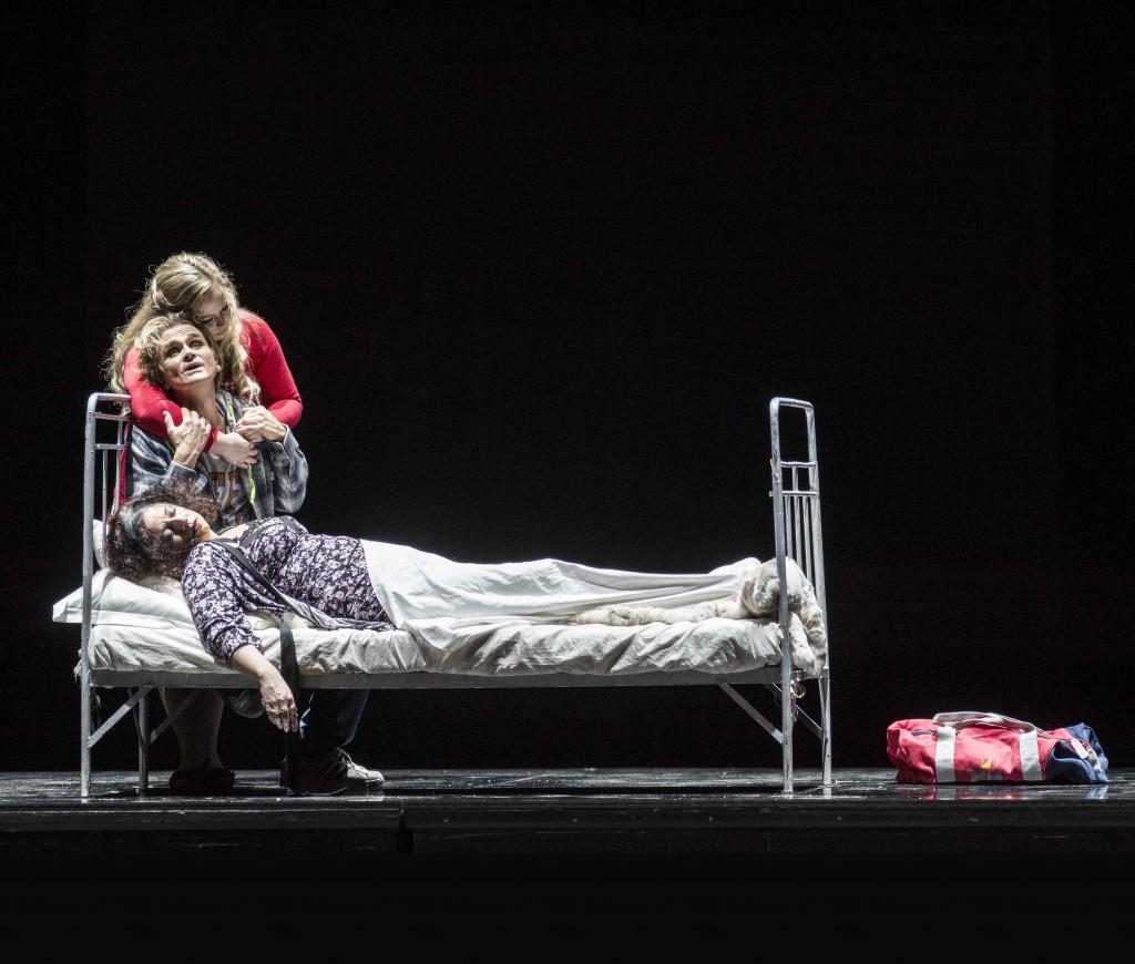Peer Gynt (Nils Harald Sødal), Solveig (Marita Sølberg) vid Mor Åses (Ingebjørg Kosmo) dödsbädd. Foto: Erik Berg