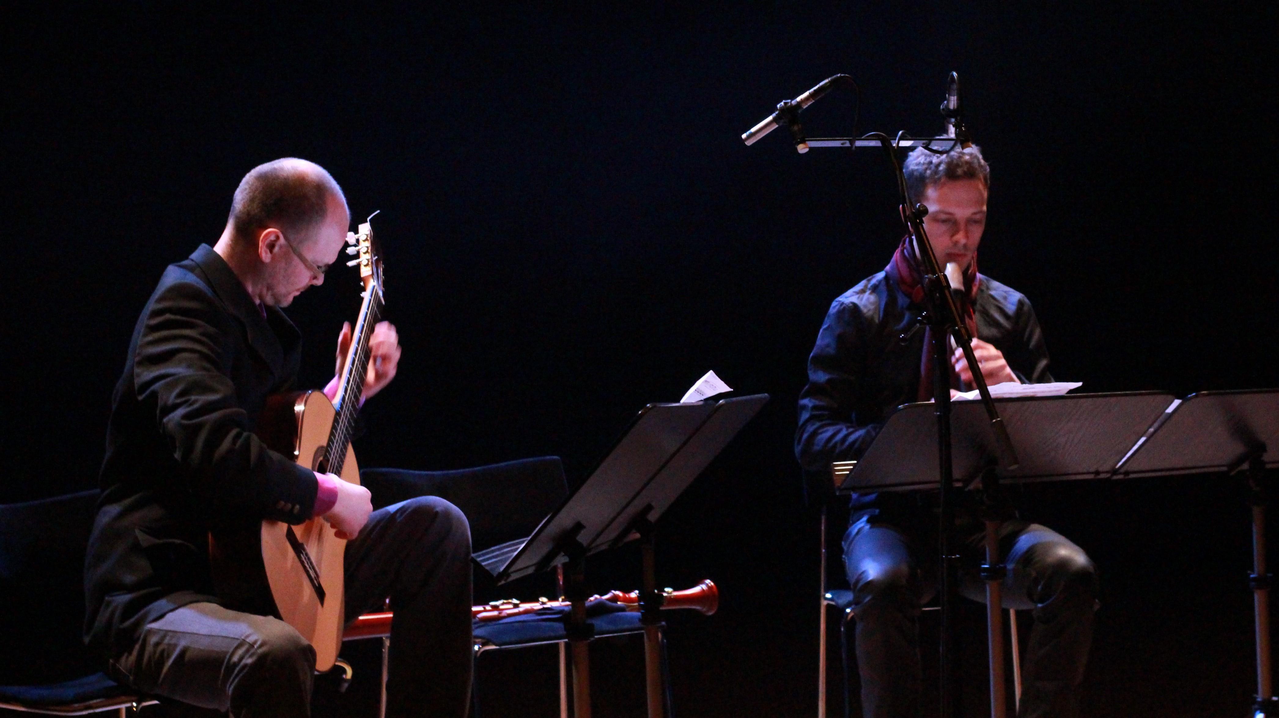Samuel Edvardsson och Per Gross framför Andrea Tarrodis The World of Henri Rosseau. Foto: Sven Rånlund